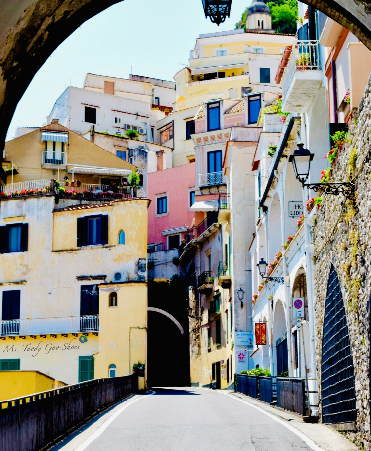 #19 of 20 pretty archways around the world; this one spotted in Amalfi, Italy.| Ms. Toody Goo Shoes