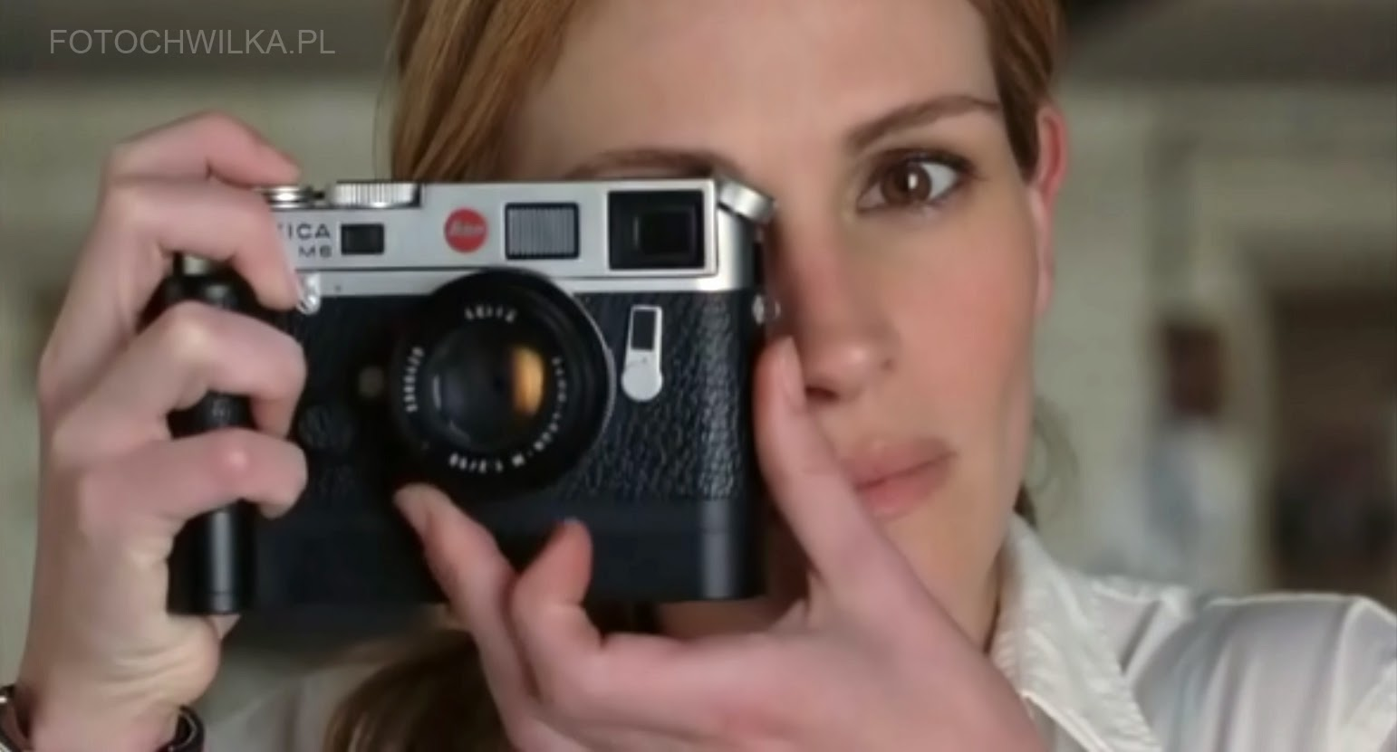"Scena z filmu ""Bliżej"" (Closer) - Julia Roberst fotografuje Natalie Portman Leicą"