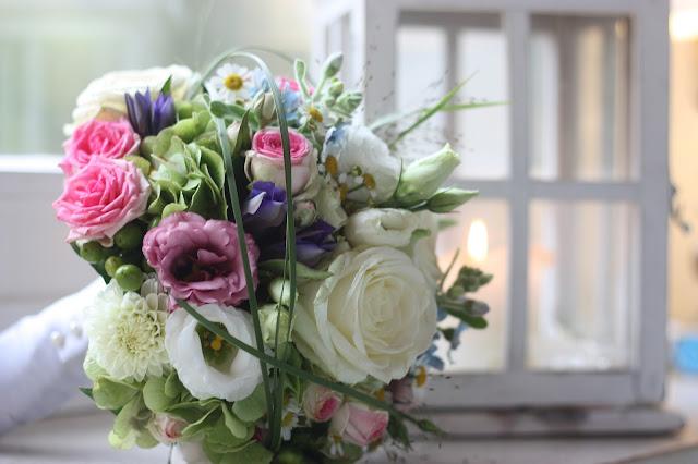 Wiesenblumenbrautstrauß, Frühlingsdekoration Herbsthochzeit mit bunten Wiesenblumen im Hochzeitshotel Garmisch-Partenkirchen Riessersee Hotel Bayern, heiraten in den Bergen