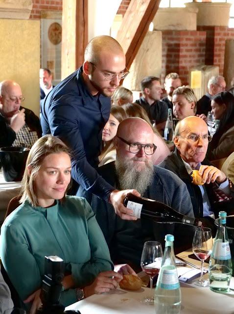 Gespannt verfolgen Weinfreunde, wer bei der Weinversteigerung der VDP, wer den Zuschlag für die erlesenen Weine erhält.