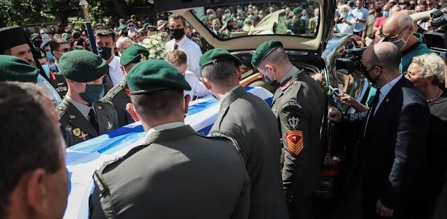 Θρήνος στην κηδεία του άτυχου αλεξιπτωτιστή-Τραγική φιγούρα η μητέρα του (ΦΩΤΟ)