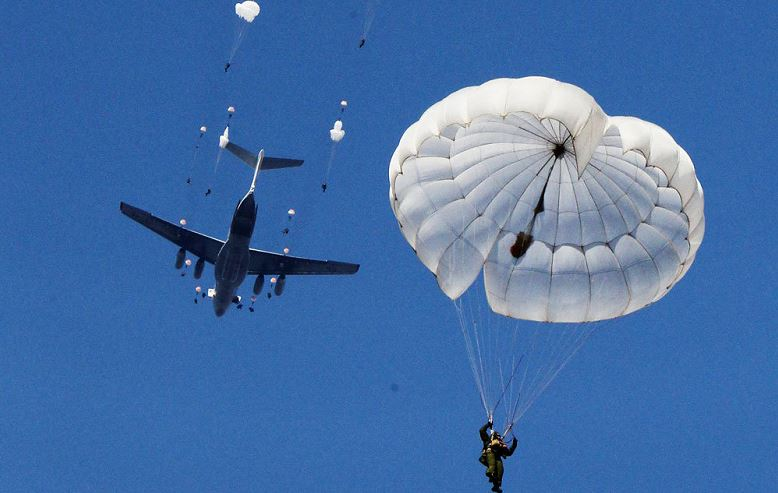 Russian paratroopers give out VR-helmets for training parachute jumps