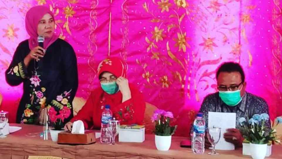 Dra. Zusneli Zubir, M.Hum. (Ketua DPD HWK Sumbar) saat menyampaikan orasi kebudayaan dalam kunjungan ke Nagari Saniangbaka, Selasa 23 Februari 2021. (Dok. Istimewa)