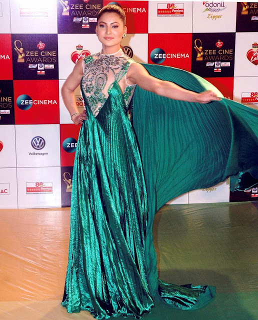 URVASHI-RAUTELA-at-zee-cine-awards-2018