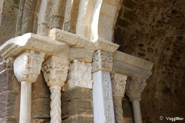 Il bel portale dello zodiaco in stile romanico della Sacra di San Michele