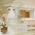 Sala de banho toda branca com filetes de pedras e jardim!