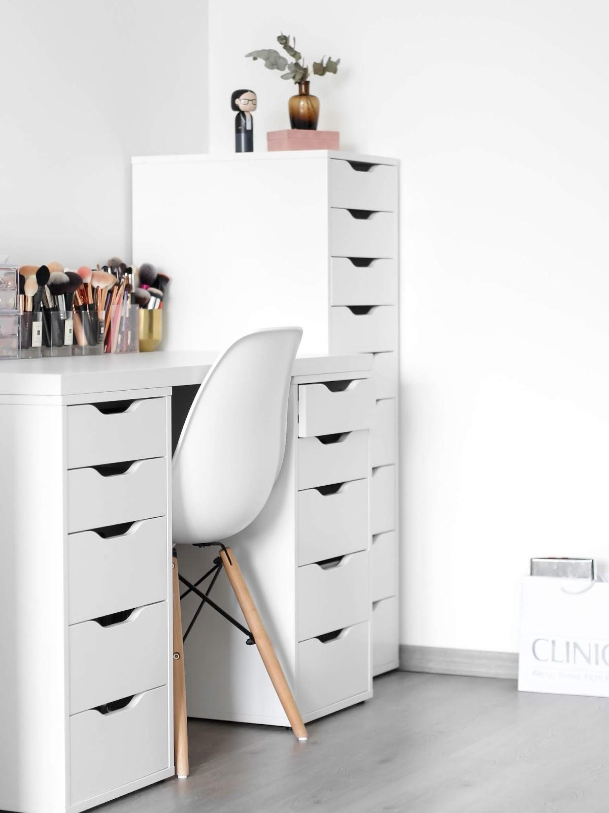 kosmetický stolek a sbírka kosmetiky