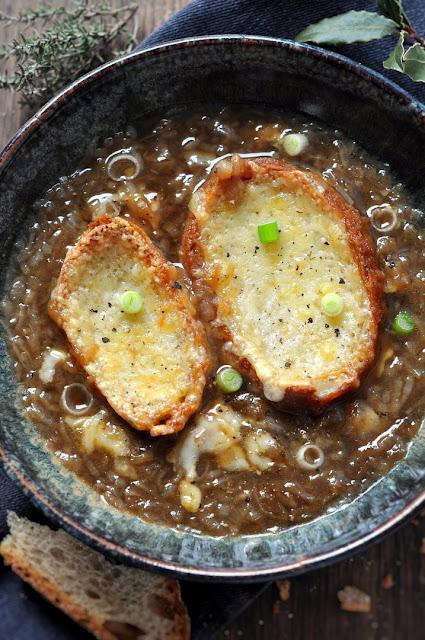 Französische Zwiebelsuppe - soupe à l'oignon.