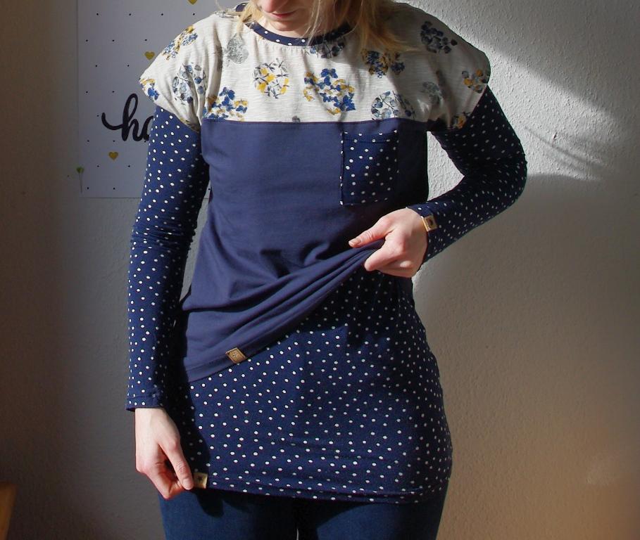 Lagenlook: Frau in Kimono Tee Schnittmuster (Freebook)von MariaDenmark und Shirt Valerie Schnittmuster von Makerist Oberteil Shirt Longsleeve selbst genäht Blau gepunktet 2