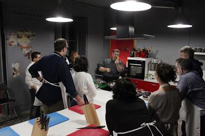 Fotografia dello chef Sergio Maria Teutonico durante una lezione nella sua Palestra del Cibo