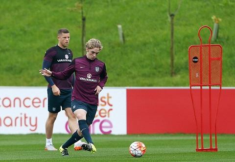 Tiền vệ trẻ Tom Davies (trước) đứng trước cơ hội ra mắt tuyển Anh
