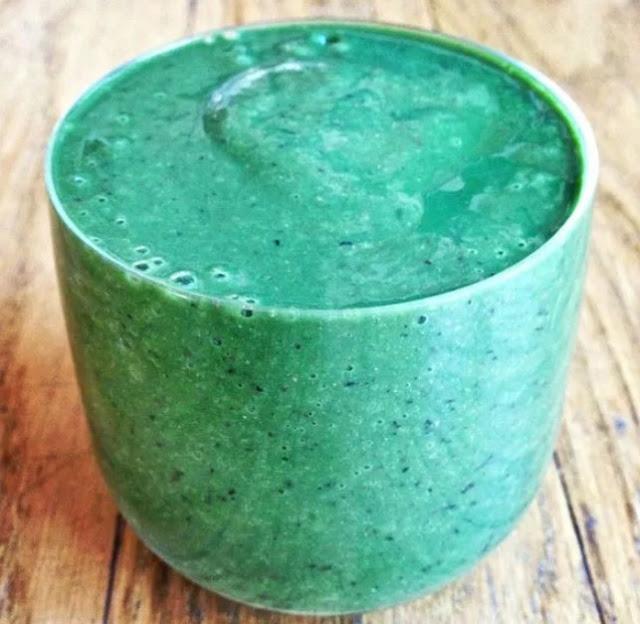 Glowing Green Spirulina Smoothie #smoothies #drinks