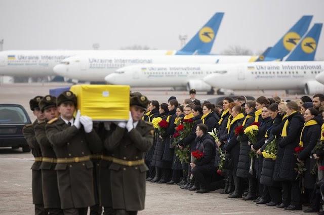 Könnyfacsaró képek: hazaszállították az ukrán áldozatok maradványait gyászoló szeretteiknek