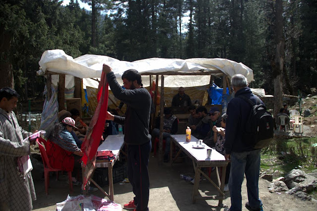 dhaba betaab valley omelet roti bread kashmir india