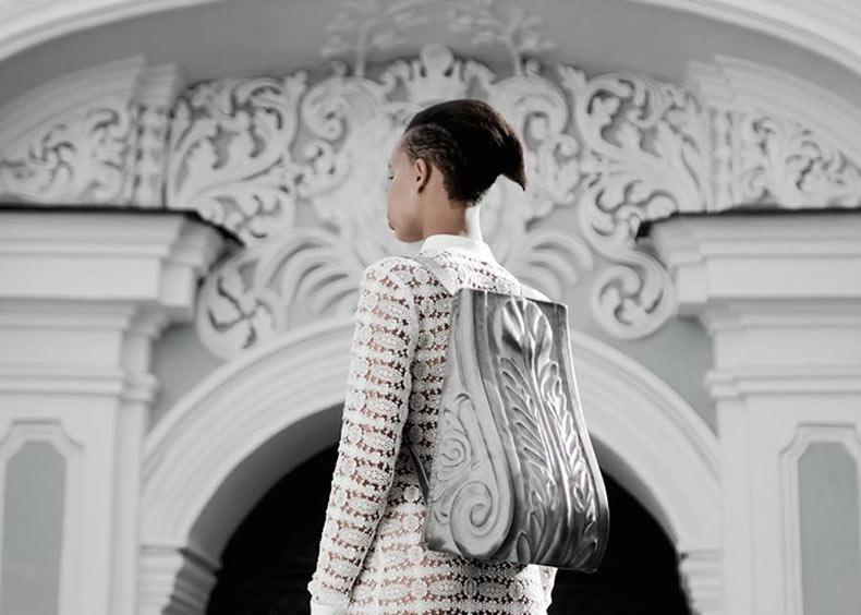 La colección de bolsos y mochilas que imitan la arquitectura barroca