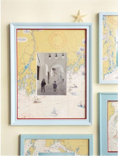 Gunakan peta dari tempat-tempat yang pernah dikunjungi untuk membingkai foto perjalananmu. Cara sederhana untuk mengingatkan kenangan perjalananmu.