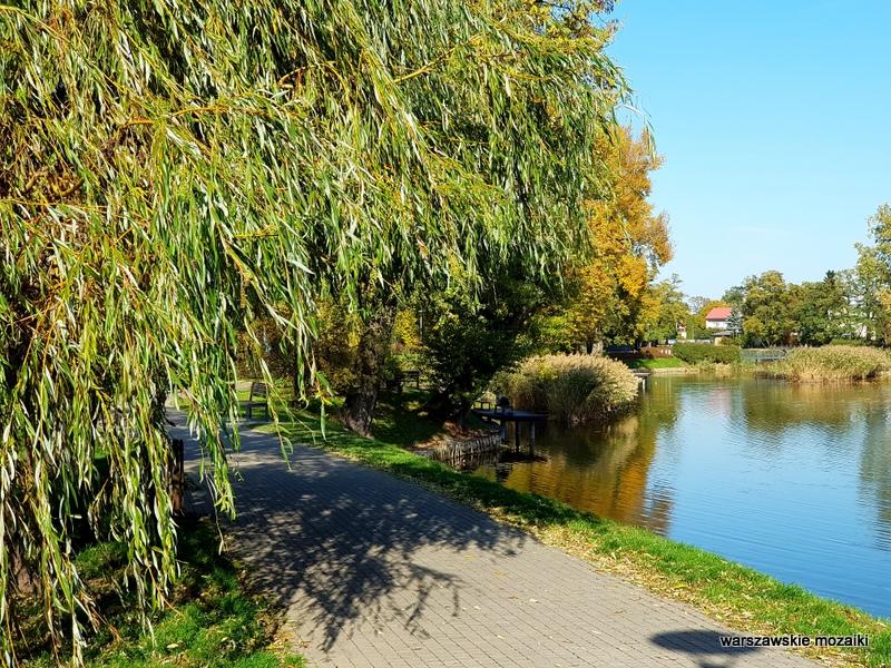 Warszawa Warsaw Włochy teren zielony Glinianka Cietrzewia Krańcowej staw fontanna warszawskie parki nad wodą jesień