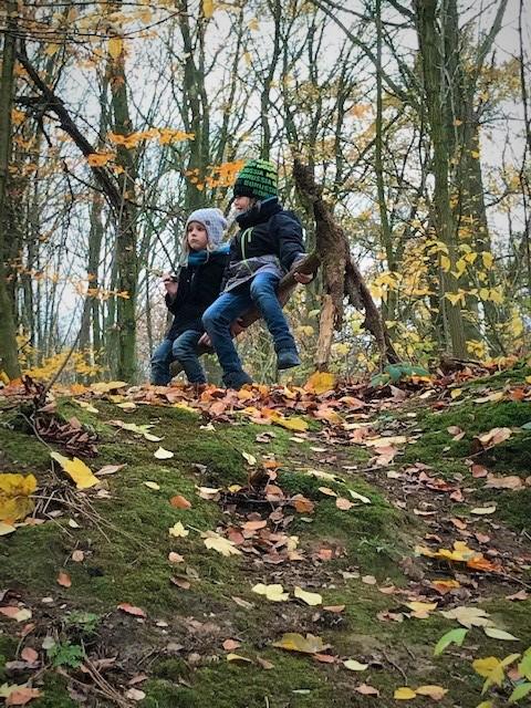Bjarne und Jannes im Wald