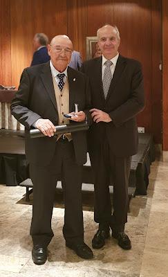 Daniel Jiménez Villa recibe la Medalla al Mérito Filatélico de manos de Modesto Fraguas