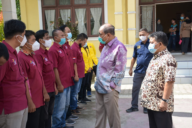 Walikota Tebingtinggi Serahkan Alat Bantu Kepada 30 Penyandang Disabilitas dan 154 Piagam Penghargaan Graduasi PKH