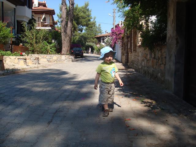 Sakin Akyaka sokaklarında yürürken