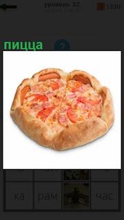на столе лежит приготовленная пицца с помидорами