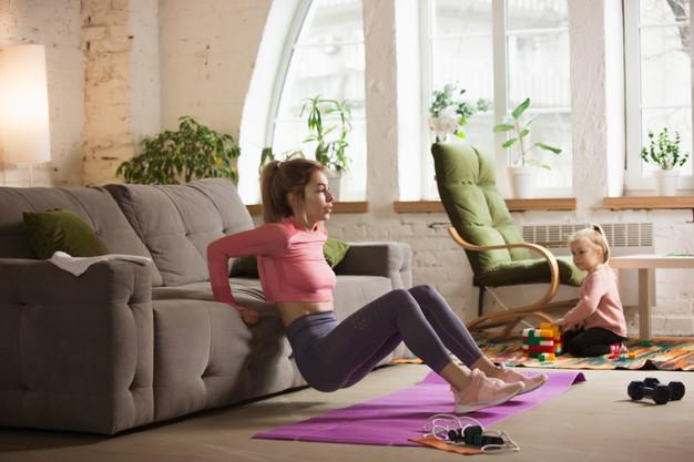 mulher fazendo exercício físico de tríceps no sofá em casa