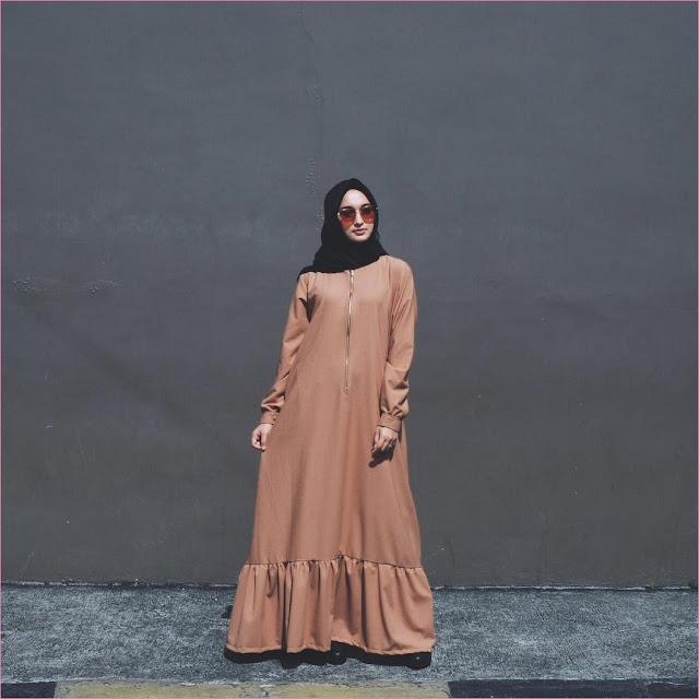 Outfit Baju Gamis Berhijab Ala Selebgram 2018 gamis abaya seliting krem tua segiempat hijab square hitam high heels wedges loafers and slip ons ciput rajut trendy terbaru 2018 ootd outfit selebgram kacamata oren tua
