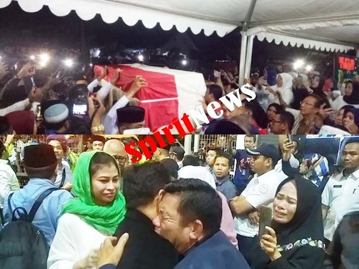 Isak Tangis Sambut Jenazah Almarhum Ichsan Yasin Limpo Dirumah Duka