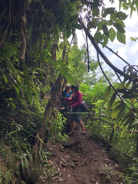Di pinggir jurang menuju Curug Badak Batu Hanoman Tasikmalaya || JelajahSuwanto