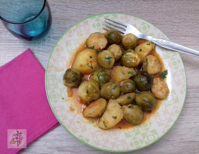 Coles de Bruselas Guisadas en Salsa y con Patatas. Receta Vegana.