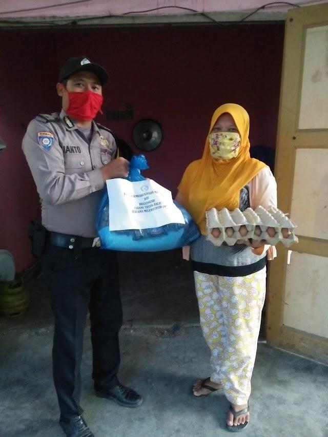 Bhabinkamtibmas Polsek Seitualang Raso Sampaikan Bantuan Sembako Ketua Cabang Bhayangkari Polres Tanjung Balai kepada Warga Kurang Mampu