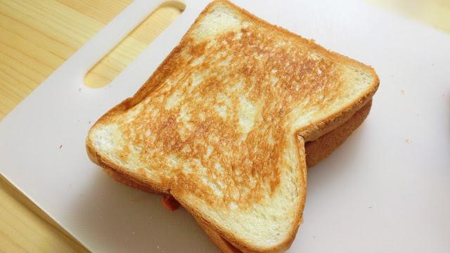 焼けたらすぐに切らず、3分程度そのまま置いておくことで、チーズが固まり始めて切りやすくなります。 焼きたてをすぐ切ると包丁にチーズがくっつき、他の食材もチーズにくっついてくるのでとても切りにくくなりますので気をつけます。