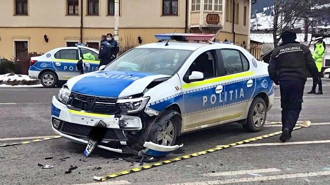 O mașină de poliție a fost implicată într-un accident la Vatra Dornei