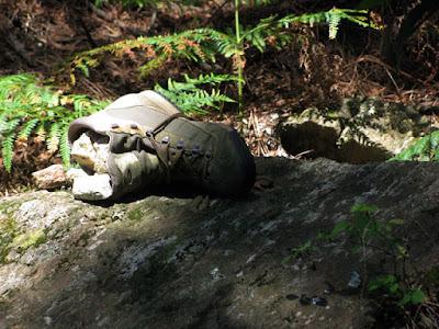 bota de peregrino em cima de uma pedra
