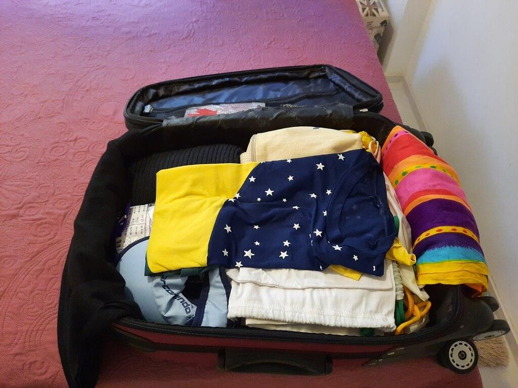como arrumar a mala de viagem para não amassar as roupas
