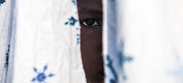 Los conflictos se han hecho más complejos con la participación de muchos grupos armados no estatales. En la imagen, un niño de 12 años, antiguo combatiente, ha regresado a la casa de su tío con el apoyo de UNICEF en la República Democrática del Congo.UNICEF/Vincent Tremeau