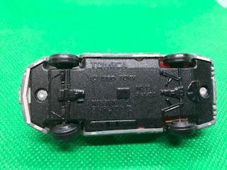 日産 フェアレディZ のおんぼろミニカーを底面から撮影