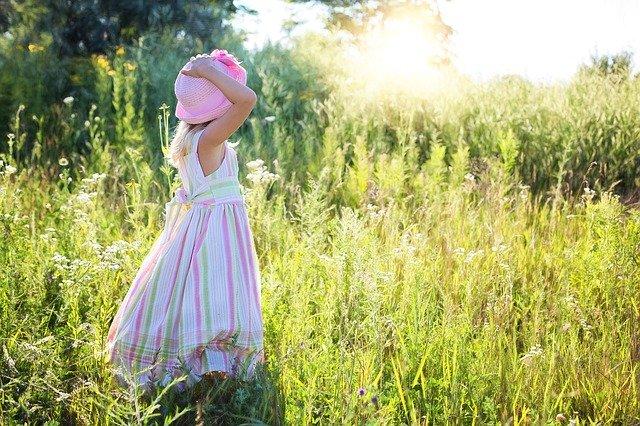 Gadis kecil yang menatap cahaya matahari