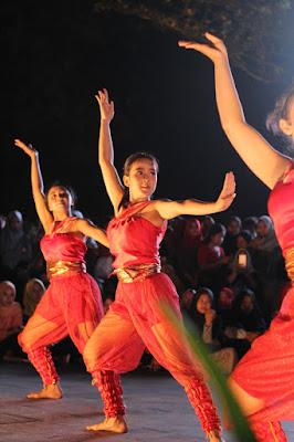aksi kelompok penari di Pontianak Menari