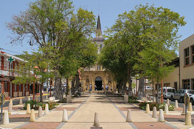 L'église et la place centrale de Sainte-Anne