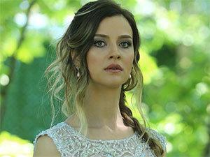 BIOGRAFIE: İrem Helvacıoğlu | Pelinsu