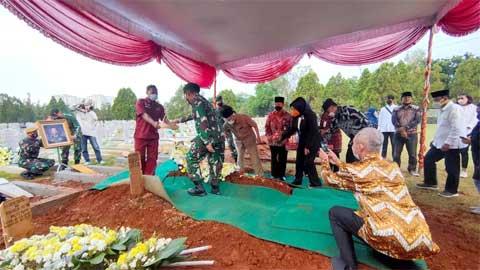 Sylviana Murni di pemakaman Surjadi Soedirdja