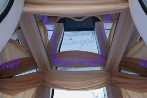Interior al masinii caleasca  pentru nunti