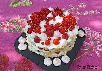 gâteau fête des mères, fruits rouges, layer cake, meringues, fraises, framboises, groseilles, patissi-patatta