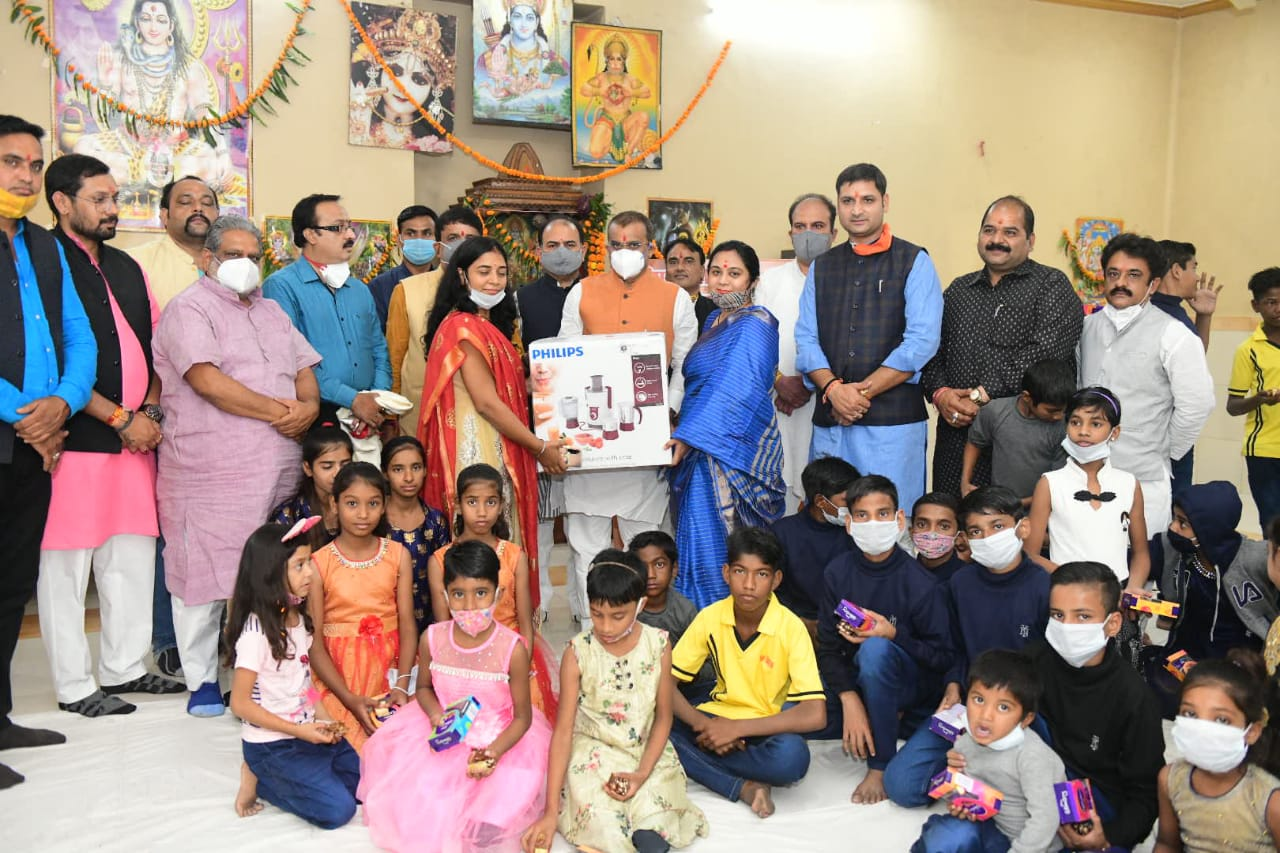 Bharatiya Janata Party state president and Khajuraho MP Vishnu Dutt Sharma visited his old age home on his birthday and went to the old and orphaned ashram, celebrating his birthday with children with his wife Dr. Shruti Sharma