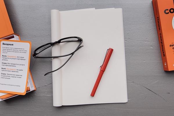 Flatlay óculos e agenda orçamento pessoal
