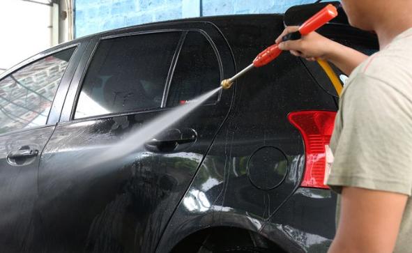 Perlukah Mencuci Mobil Sehabis Kehujanan?