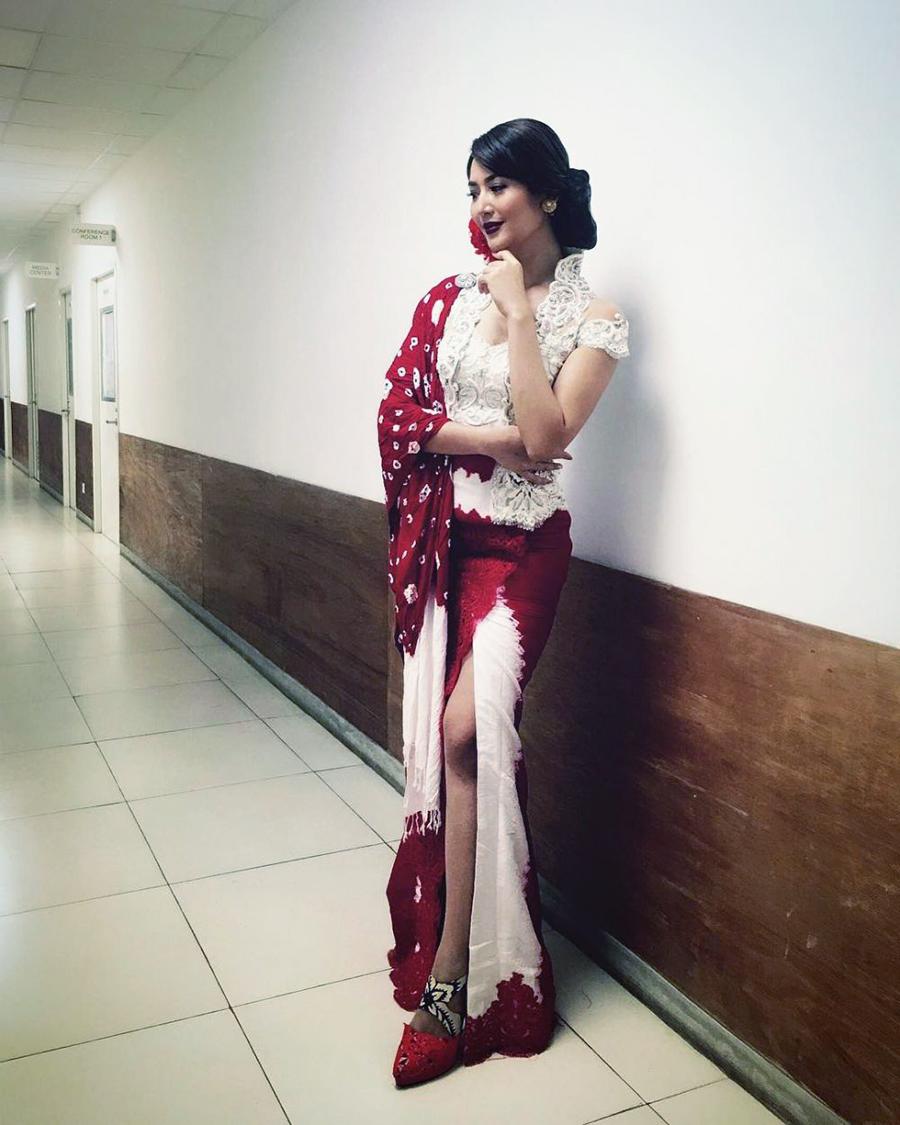 Putri Indonesia pamer paha mulus pakai Kebaya