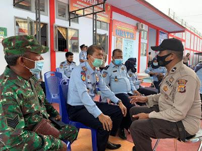 Pegawai Lapas Meulaboh Di Vaksinasi Mendapatkan Pendampingan Dari TNl Dan Polisi